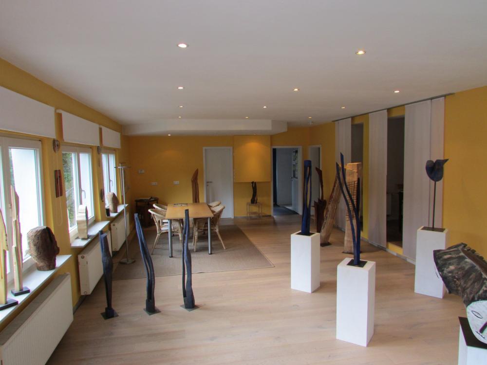 Ausstellungsraum mit Skulpturen